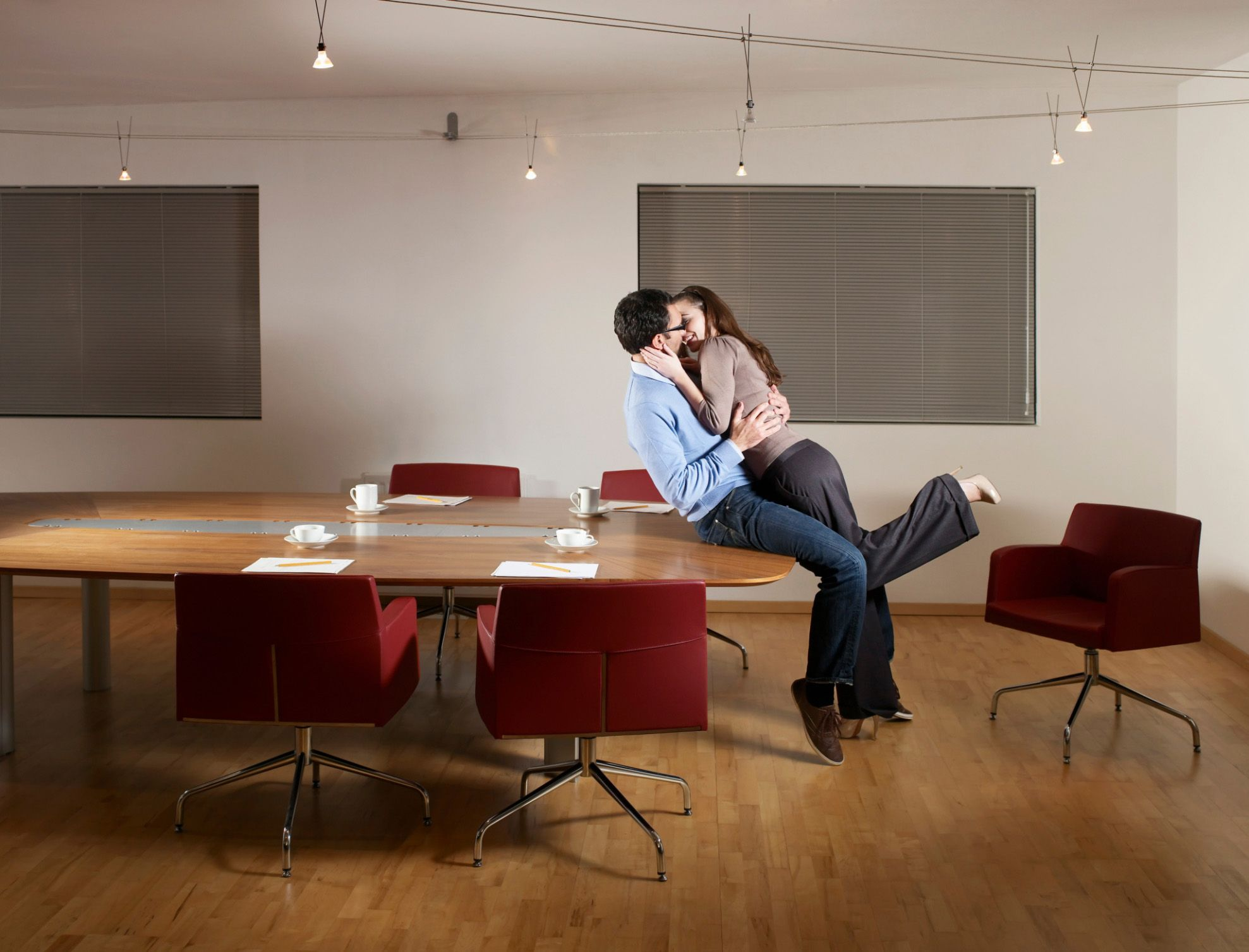 Lesbiennes s'embrasser au bureau